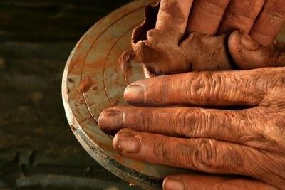 6767514 poterie a rouge argile potter mains travail doigt gros plan