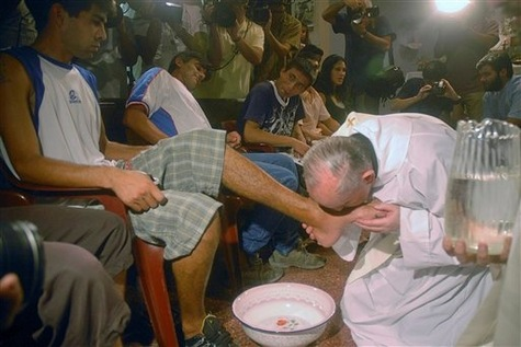Le pape Francois lavera les pieds de jeunes prisonniers article main